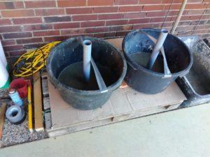 Hantelscheiben aus Beton zum trocknen abgestellt
